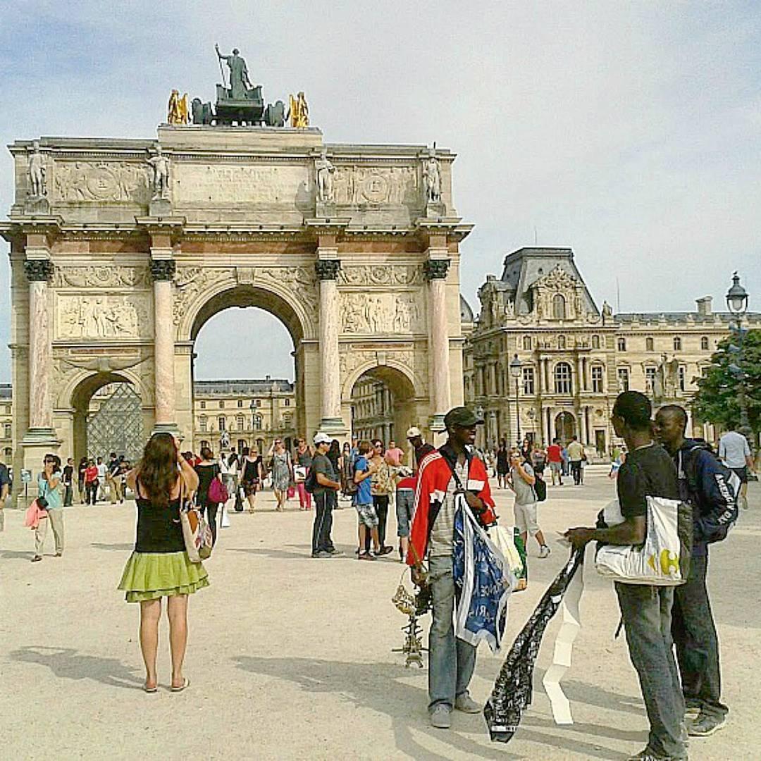 paryż co warto zobaczyć Vendeur à la sauvette, czyli uciekąjacy sprzedawcy z całymi kolejcjami Wieży Eiffla w miniaturce. Element paryskiego krajobrazu.