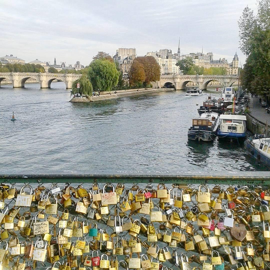 Most Zakochanych, czyli jedno z najbardziej romantycznych miejsc w Paryżu.