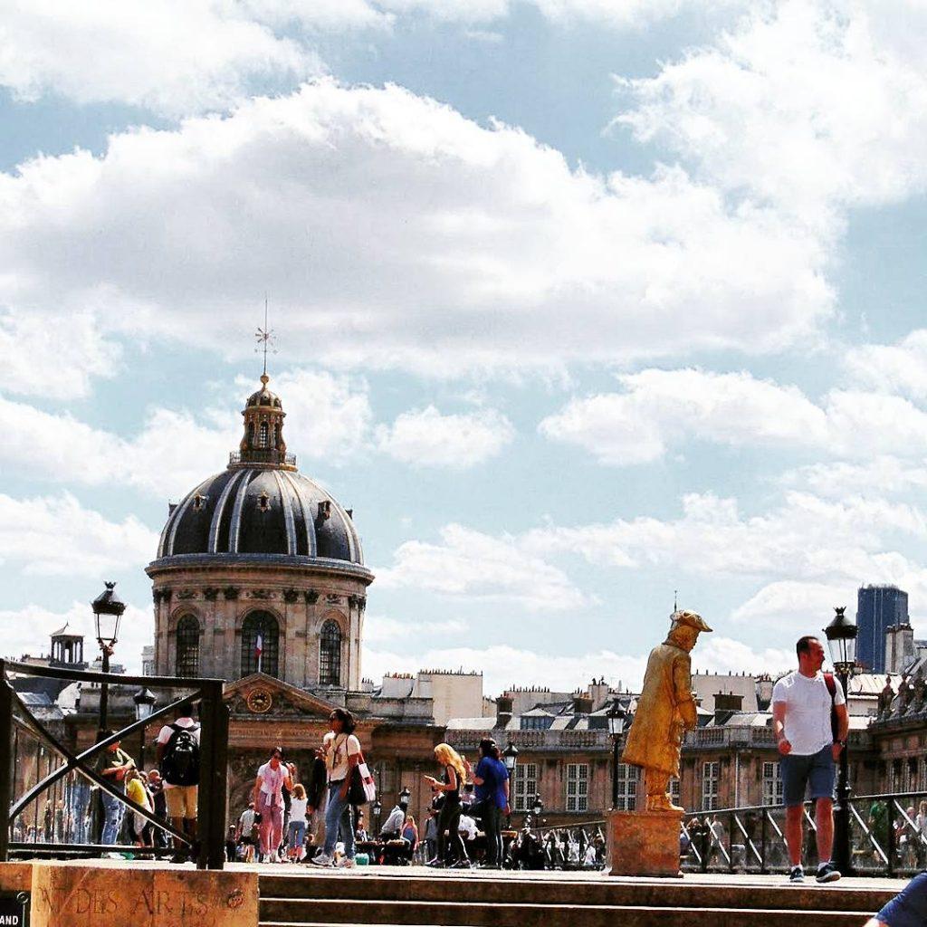 Paryskie mosty mimowie uliczni artyci tumy przechodniw i turystw ihellip