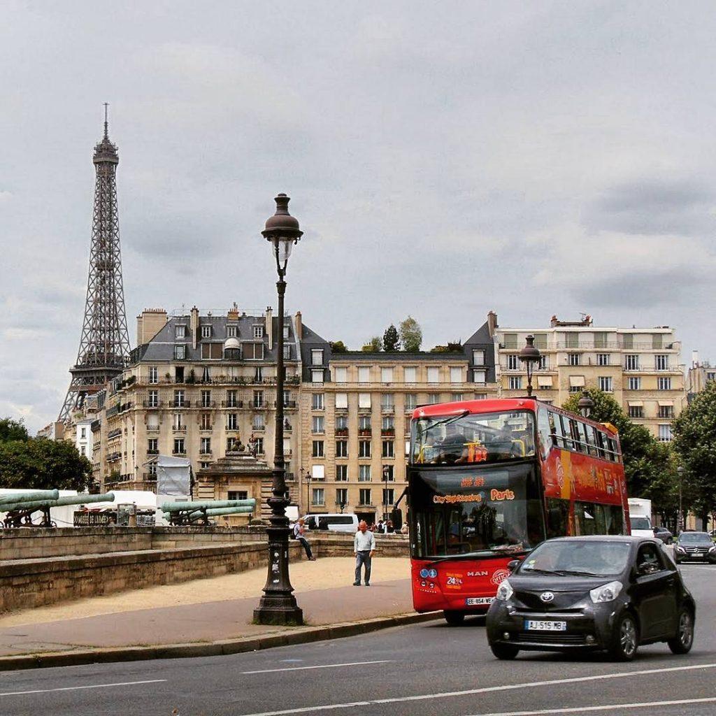 Niby taka kartka pocztowa z Parya Z dwupoziomowym busem Wiehellip