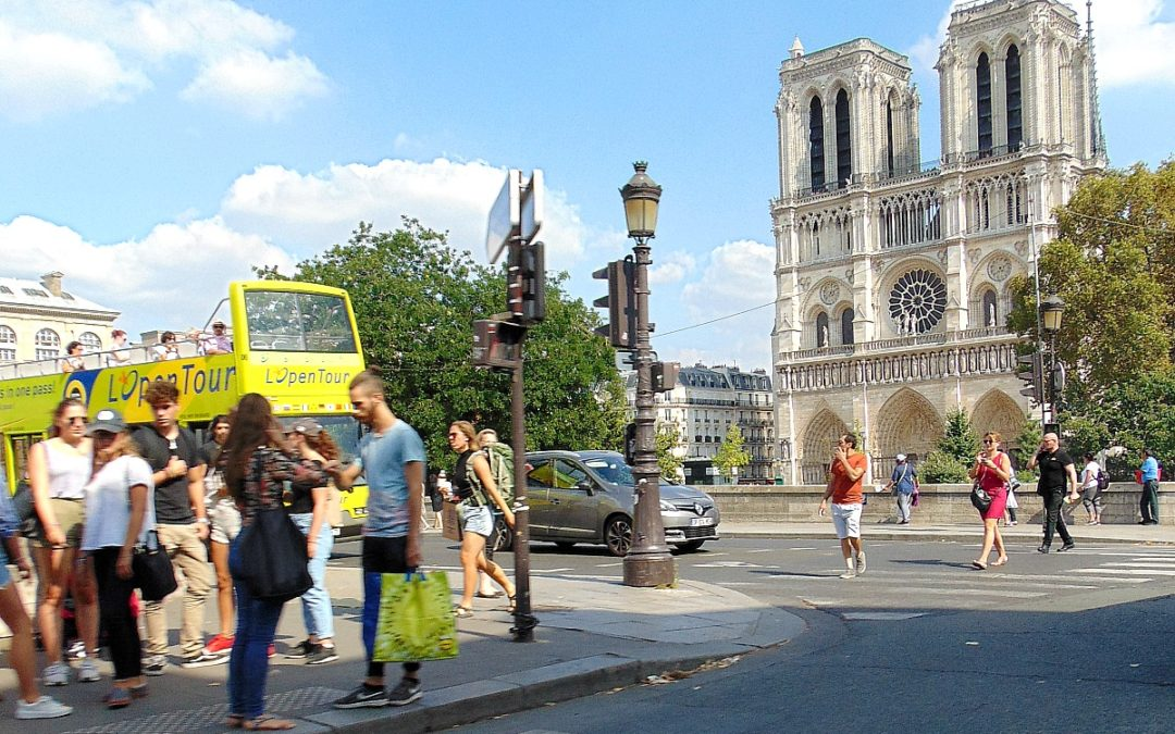 Skąd wzięło się wyrażenie: Kolos na glinianych nogach – po francusku Colosse aux pieds d'argile.