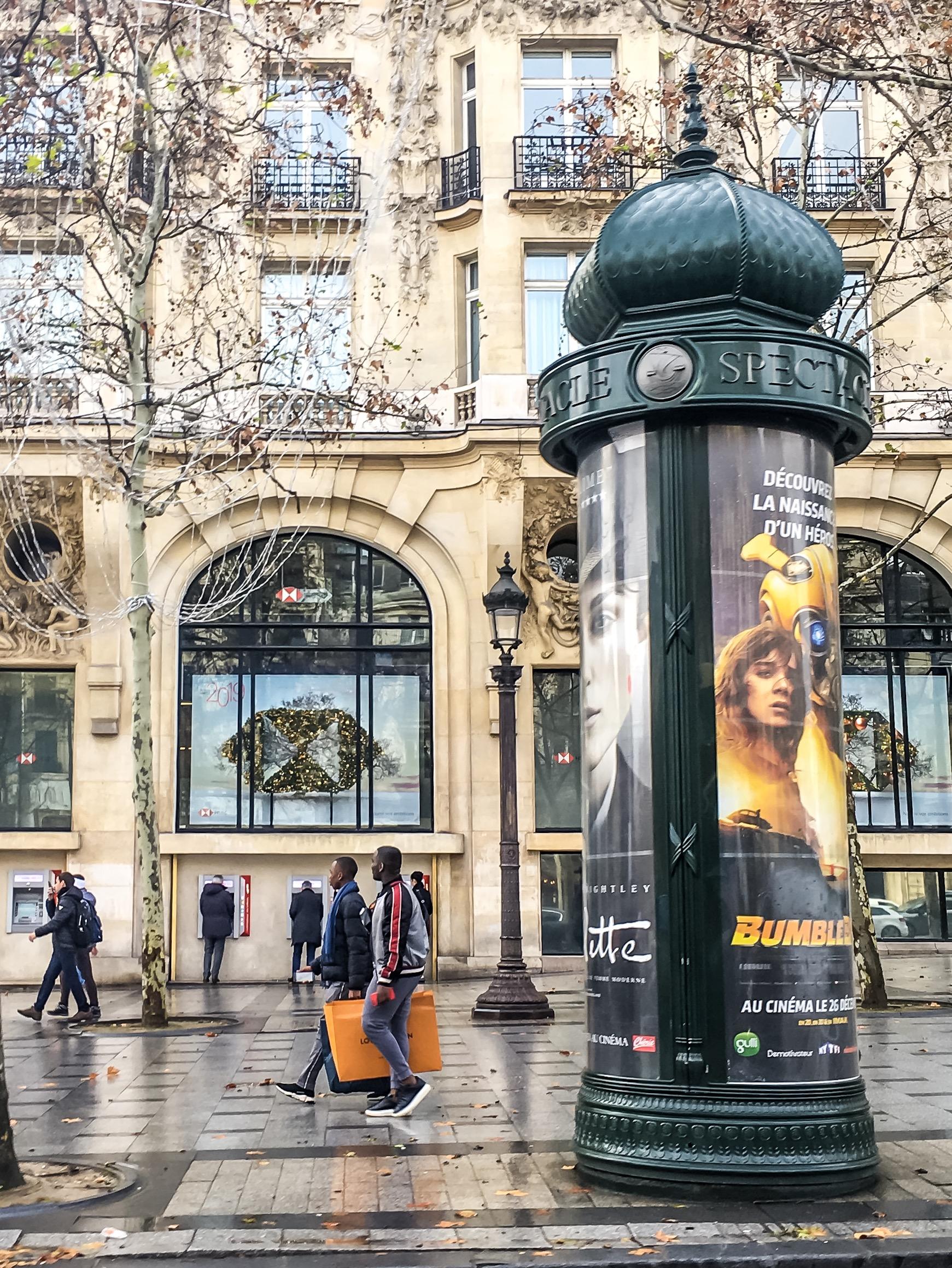 Colonnes Morris - paryskie słupy reklamowe obklejone plakatami