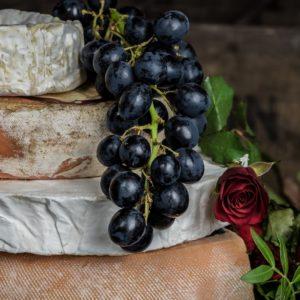 Najbardziej śmierdzące francuskie sery pleśniowe i ich historia: roquefort, camembert, reblochon.